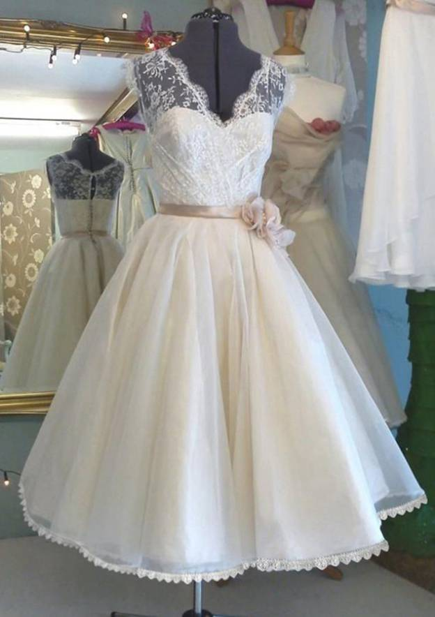 A-Line/Princess V Neck Sleeveless Knee-Length Tulle Wedding Dress With Lace Flowers